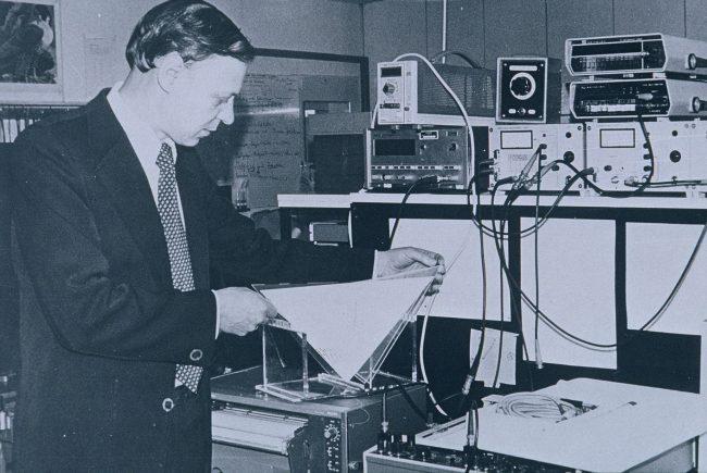 Prof. Adolf Goetzberger, Gründer und Institutsleiter des Fraunhofer ISE von 1981-1993 im Kalibrierlabor. ©Fraunhofer ISE